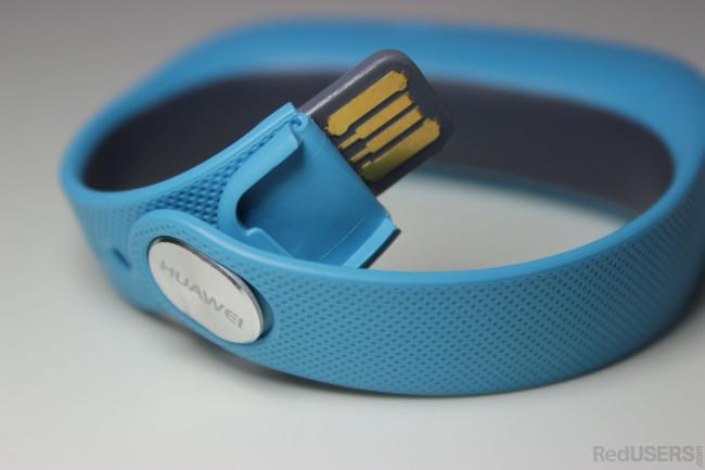 El USB oculto con el que se carga la Talkband.