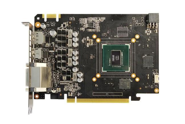 Aquí vemos el pequeño PCB de la GTX 960 sin el cooler DirectCu II. En la parte superior derecha se ve el conector de energía.