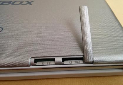 Bahía para tarjeta microSD y SIM, aunque esta última no está habilitada.