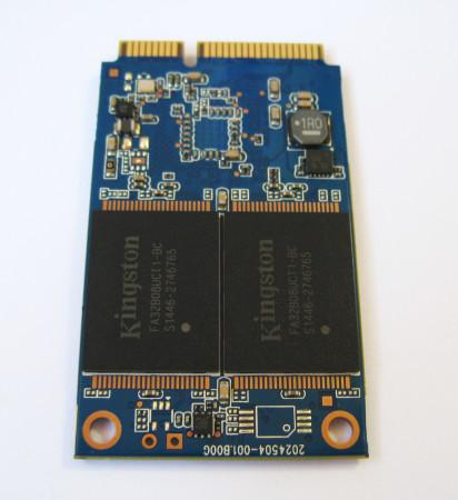En el reverso del disco podemos observar los chips de memoria.