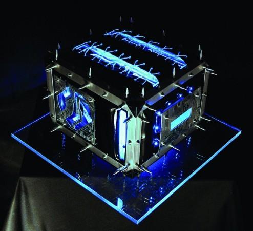 Modding de temática cyberpunk logrado con coolers luminosos, tubos de neon y un buen dominio para trabajar el metal.