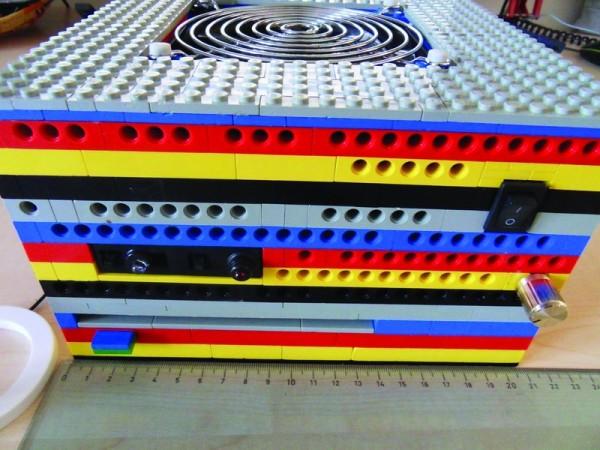 En poco más de 20 cm de lado cabe esta mini PC ideal para usarse como Media Center; y si contamos con piezas LEGO nos ahorraremos el costo del gabinete.