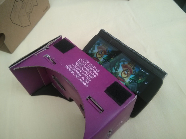 Cardboard: La postura del smartphone debe realizarse teniendo en cuenta que la cámara trasera quede sobre la ranura que posee la pestaña del Cardboard.