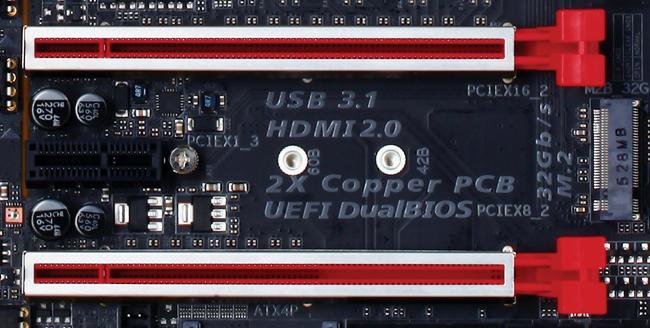 Los slots PCIe x16 tienen un blindaje de acero inoxidable. Aquí vemos que entre dos de ellos se ubica un slot PCIe x1 y un puerto M.2.