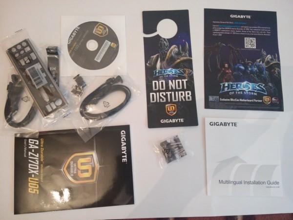 Los accesorios que vienen con el motherboard.
