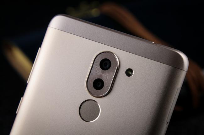 Se destaca en Honor 6X su cámar dual; aquí también vemos el lector de huellas en la cara posterior del smartphone.