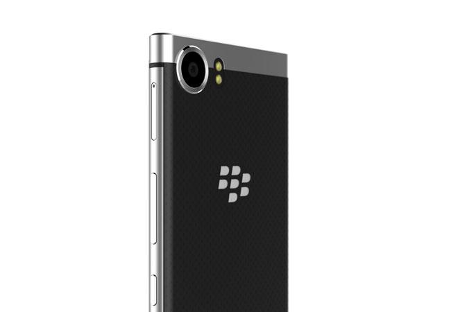 Así lucirá el nuevo smartphone premium de BlackBerry, con el logo de la canadiense destacado en la espalda del dispositivo.