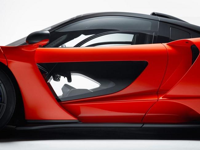 En esta imagen podemos advertir el detalle de los paneles laterales que permiten ver la cinta asfáltica mientras se conduce.
