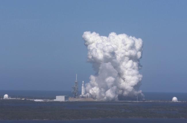 Por unos segundos: Falcon Heavy de SpaceX enciende motores