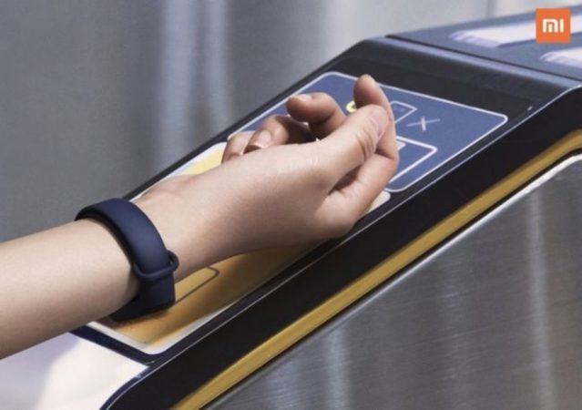 Una de las principales mejoras en Mi Band 3 es la presencia de NFC, que permite realizar pagos desde la pulsera, tal como vemos en esta imagen.