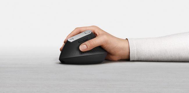 Logitech concluyó que un ángulo de 57 grados es el ideal para sostener al ratón, y que esta posición ofrece un agarre natural que ayuda a evitar esfuerzos excesivos.